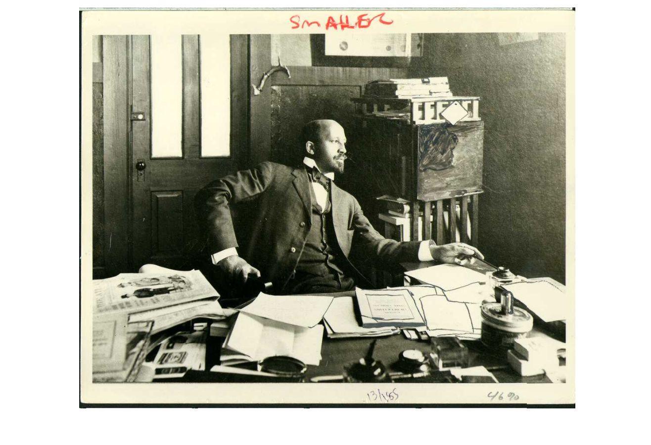 W. E. B. Du Bois à son bureau à Atlanta University, 1909. W. E. B. Du Bois Papers (MS 312). Special Collections and University Archives, University of Massachusetts Amherst Libraries
